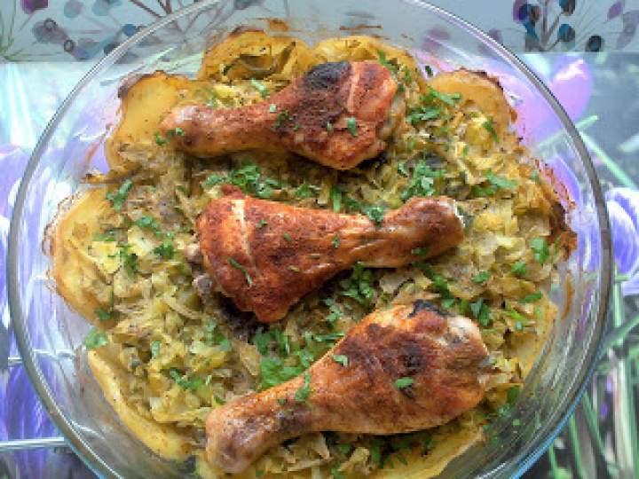Pałki z kurczaka pieczone z młodą kapustą i ziemniakami