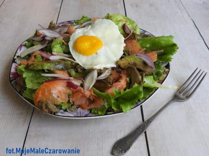 Szybka sałatka z łososiem i jajem sadzonym