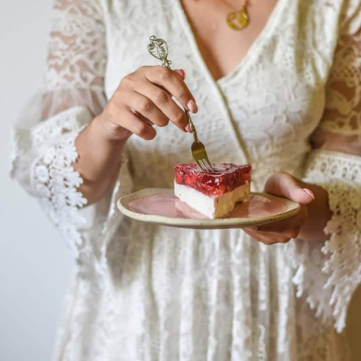 Sernik na zimno z galaretką truskawkową – tylko 5 składników!