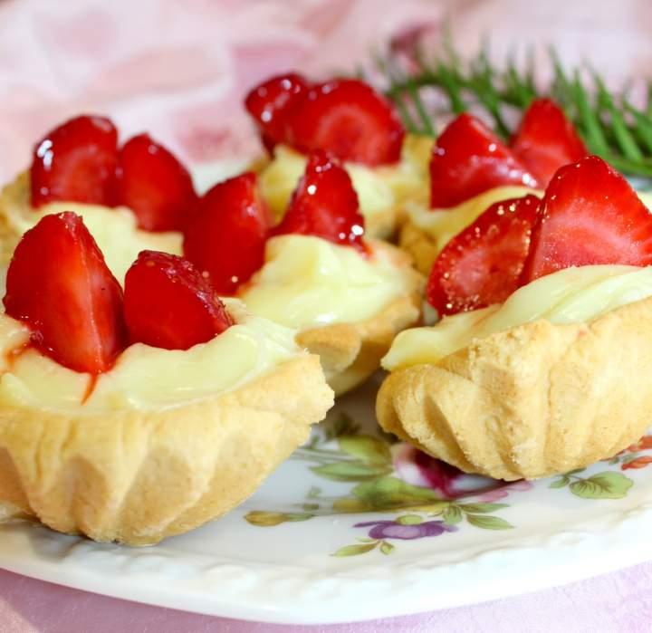 Kruche babeczki z truskawkami i cytrynowym nadzieniem