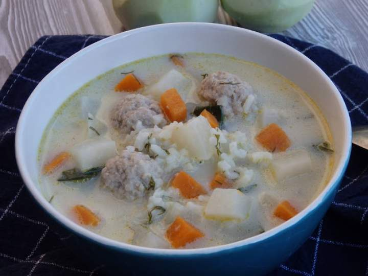 Zupa z kalarepy z ryżem i pulpetami