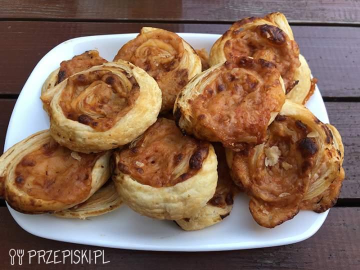 Ślimaczki z Ciasta Francuskiego z Salami i Serem Żółtym