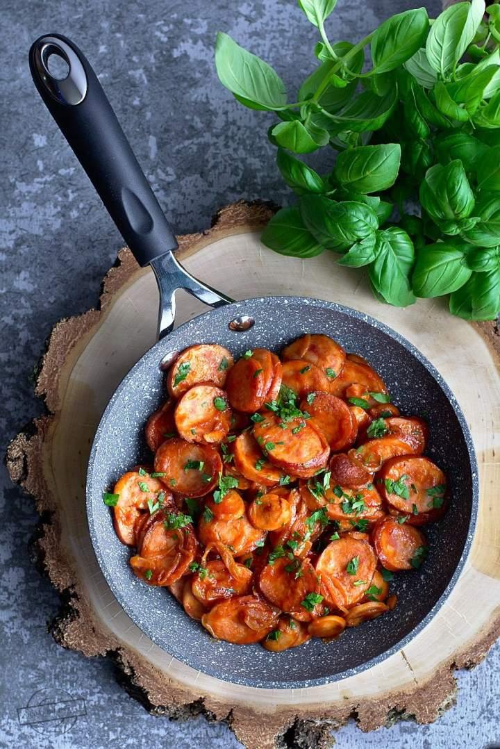 Kiełbasa smażona z cebulą w pomidorowym sosie