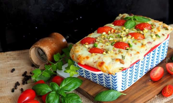Lasagne z sosem beszamelowym, szynką parmeńską, gorgonzolą i pistacjami