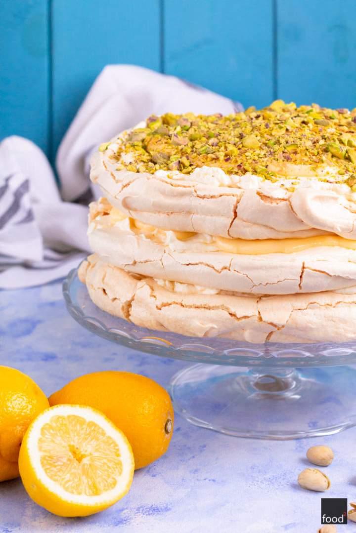 Tort bezowy z kremem cytrynowym i pistacjami