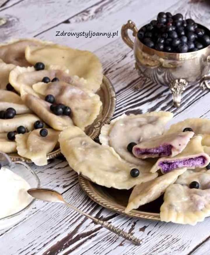 Pierogi z serem i jagodami.