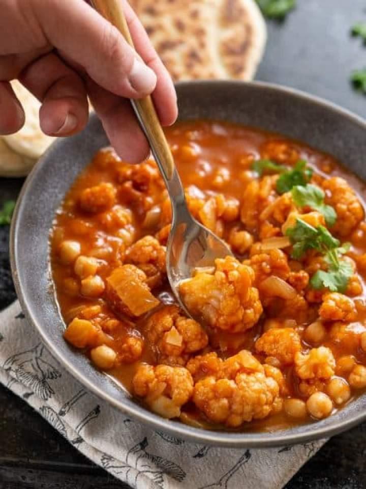 Curry z kalafiorem i ciecierzycą