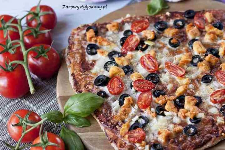 Pizza z kurczakiem i oliwkami.