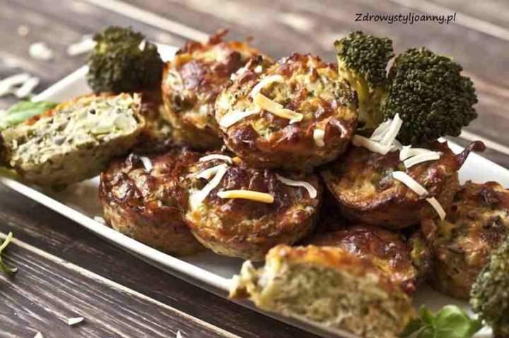 Muffinki jajeczne z brokułem i serem.