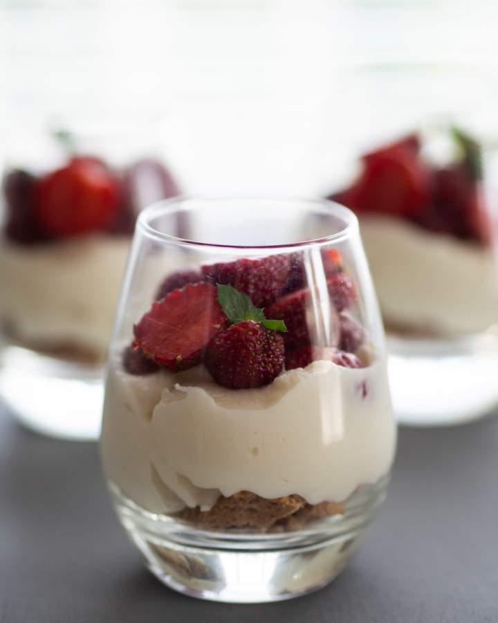 Puszysty serniczek z białą czekoladą na ciasteczkowym spodzie