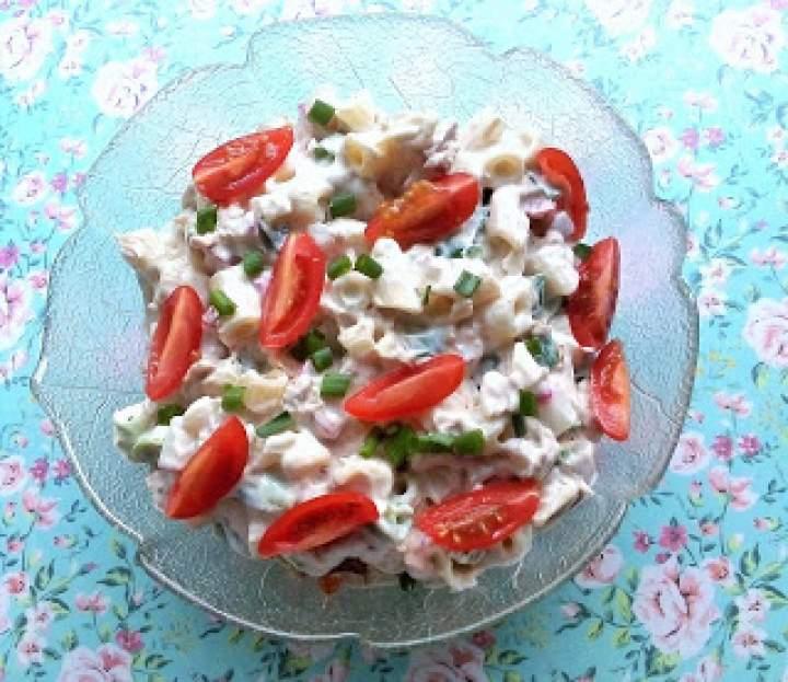 Sałatka makaronowa z tuńczykiem i pomidorkami