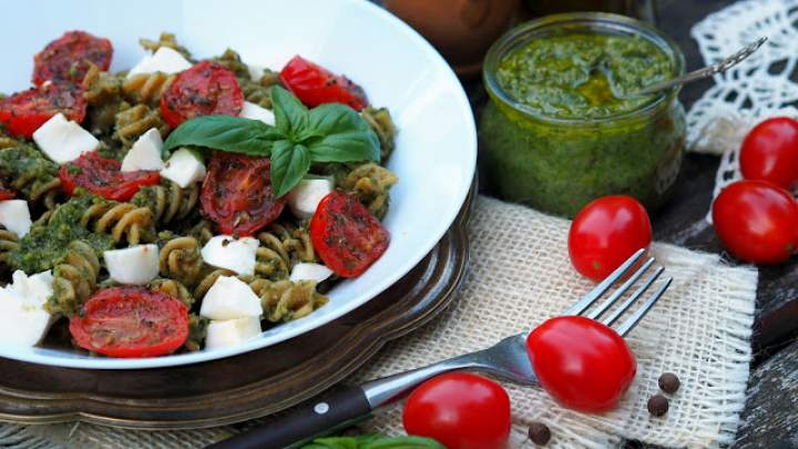 Makaron z pesto z rukoli, smażonymi pomidorkami i mozzarellą