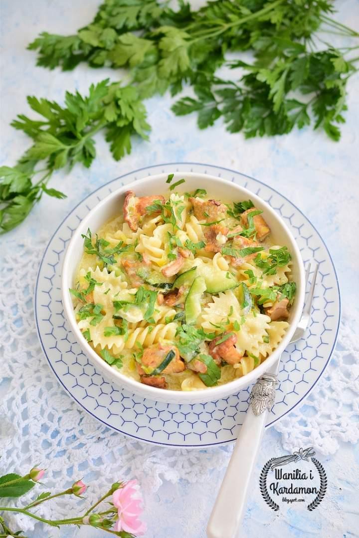 Makaron z cukinią i kurkami w sosie serowym