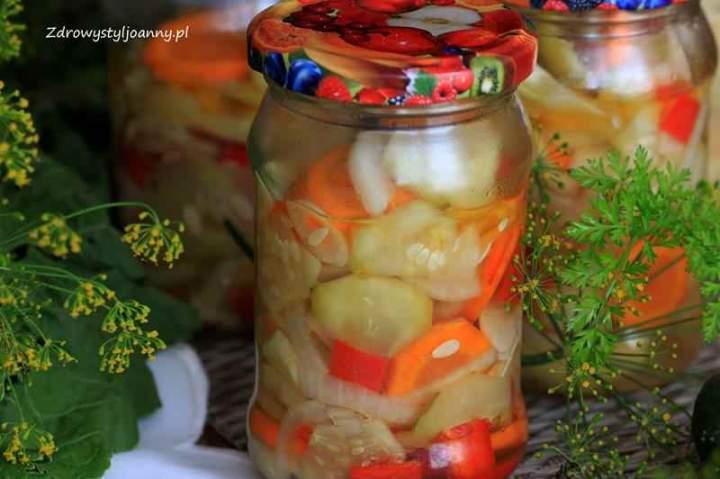 Sałatka z ogórków i marchewki do słoików na zimę.