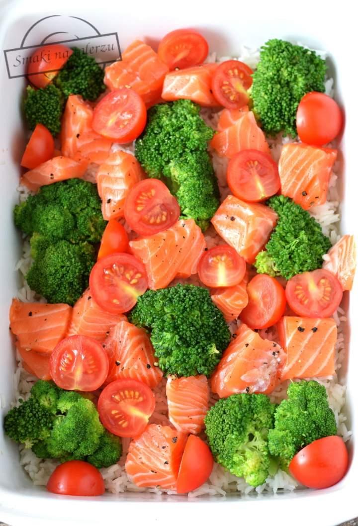 Ryżowa zapiekanka z brokułem i łososiem