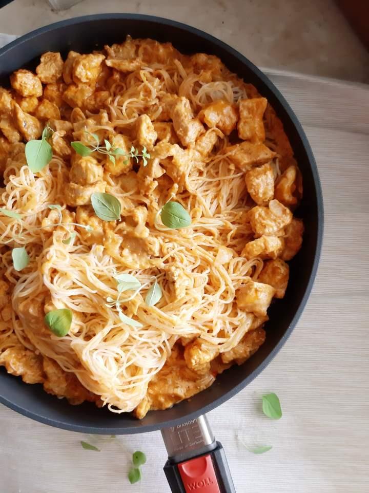 Paprykarz z indyka z makaronem ryżowym