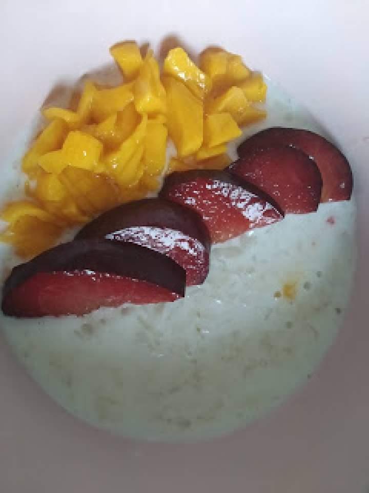 Płatki ryżowe na mleku kokosowym z mango i śliwka