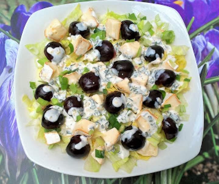 Sałatka z wiśniami i serem  camembert