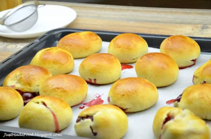 Drożdżowe mini bułeczki z wiśniami