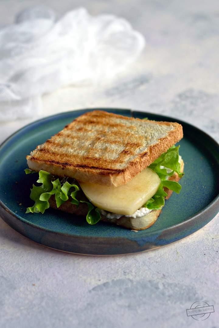 Tosty z pastą z sera pleśniowego, sałatą i gruszką