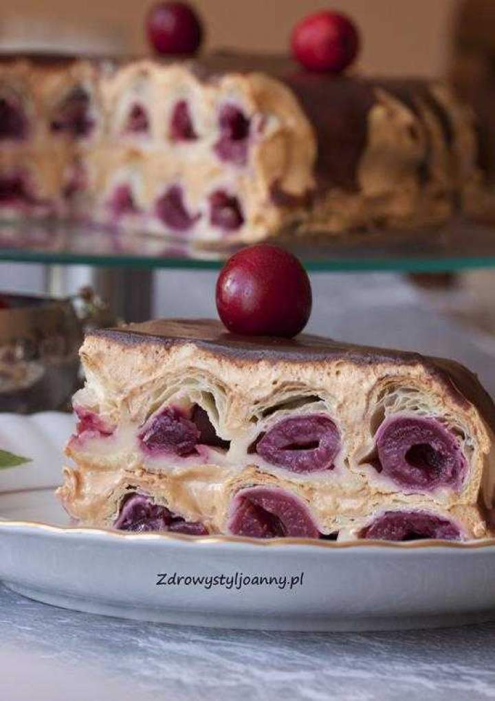 Ciasto francuskie z czereśniami. Ciasto plaster miodu.