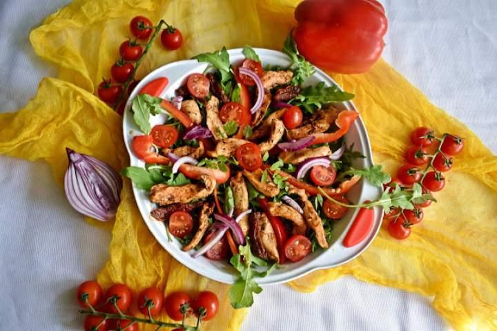 Lekka sałatka z rukoli z kurczakiem i pomidorami