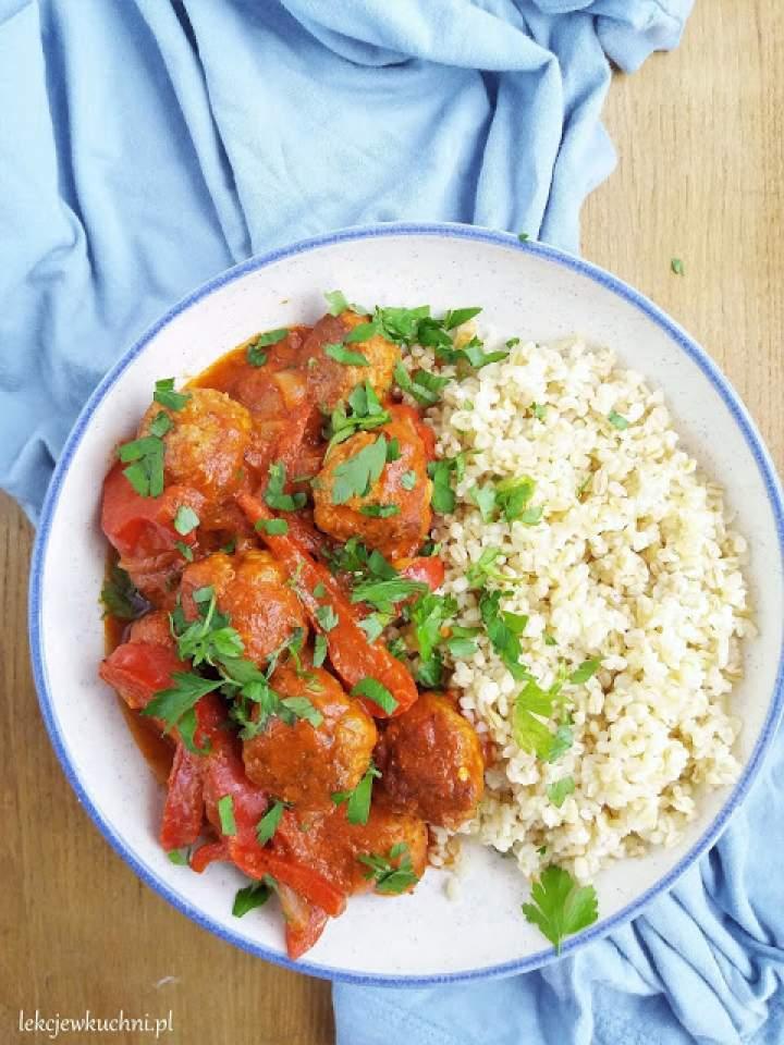 Klopsiki w sosie paprykowym / Meatballs in Red Bell Pepper Sauce
