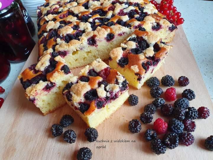 Ciasto widelcem mieszane z czarnymi malinami i kruszonką.