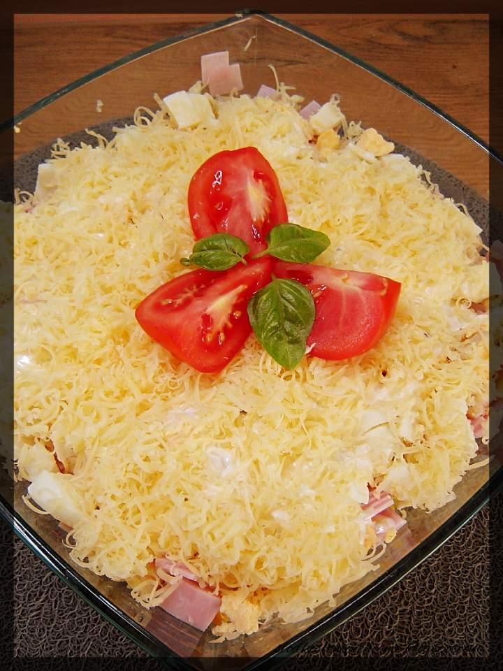 Sałatka warstwowa z makaronem i szynką
