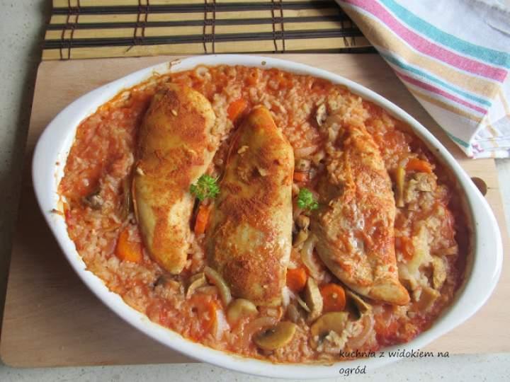 Piersi z kurczaka pieczone na ryżu.