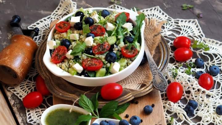Sałatka z kaszy bulgur z borówkami, smażonymi pomidorkami i dressingiem miętowym