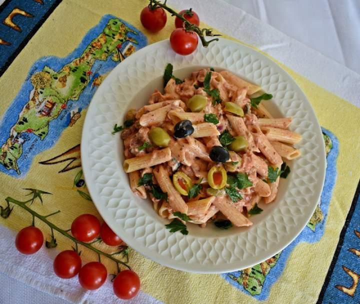 Makaron w lekkim sosie z pomidorami i oliwkami
