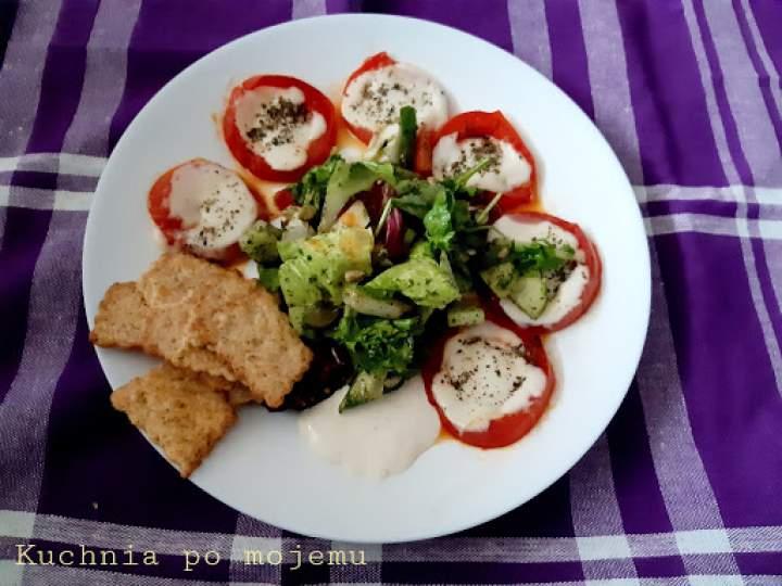 Grillowane pomidory z mozzarellą, sałatą i krakersami warzywnymi. Na pyszną kolacyjkę.