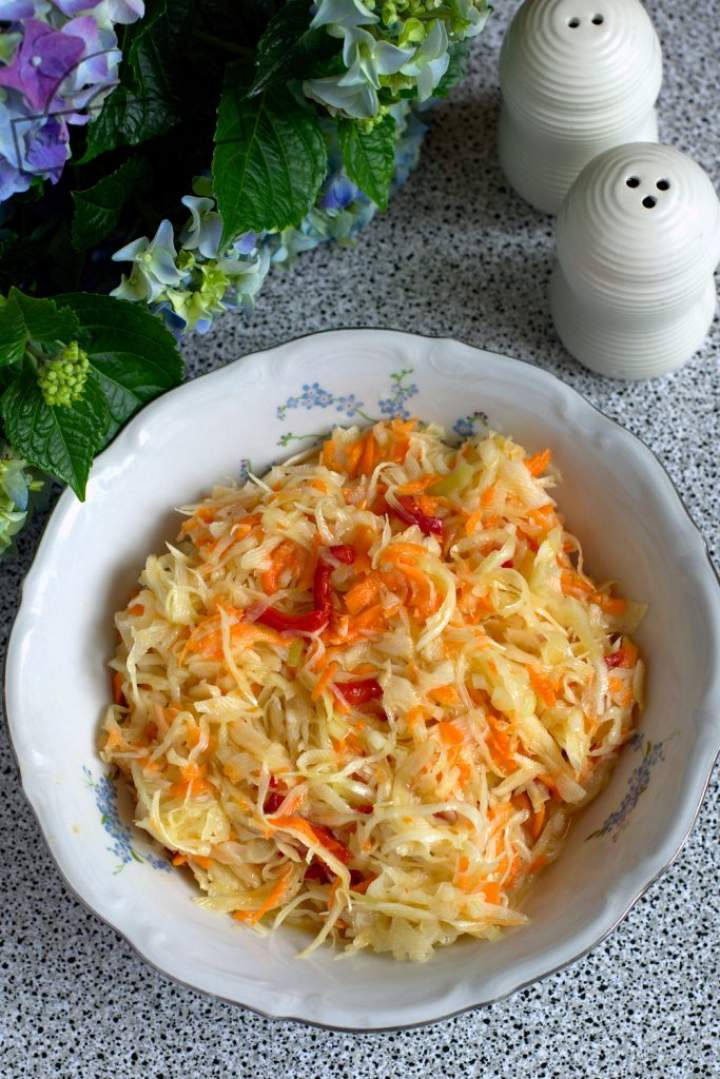 Surówka z kapusty, marchewki i papryki
