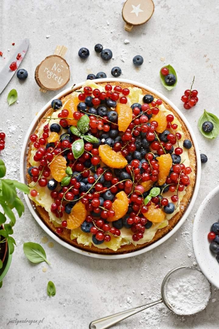 Letnie ciasto maślane z kremem ananasowym i świeżymi owocami
