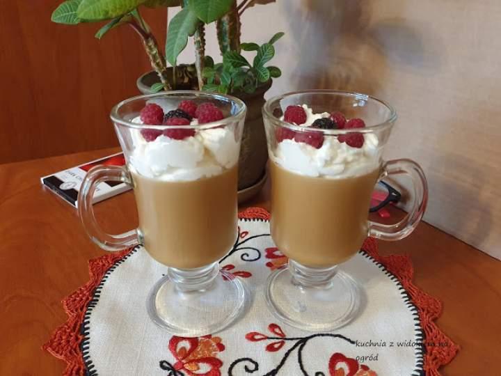 Deser kawowy z bitą śmietaną i malinami.