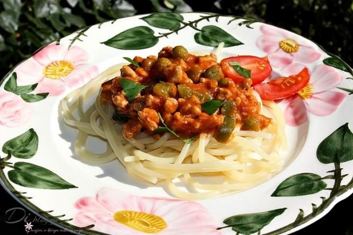 Spaghetti z mięsem mielonym, papryką, groszkiem i sosem pomidorowym
