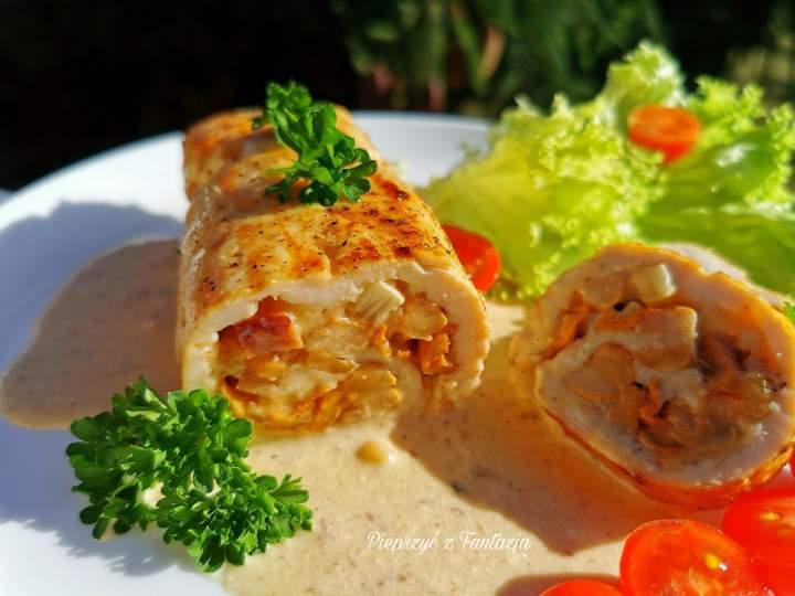 Roladka z fileta z kurczaka, kurek i boczku w sosie śmietanowym