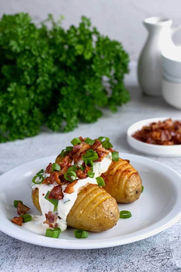 Pieczone ziemniaki z serkiem czosnkowym i boczkiem