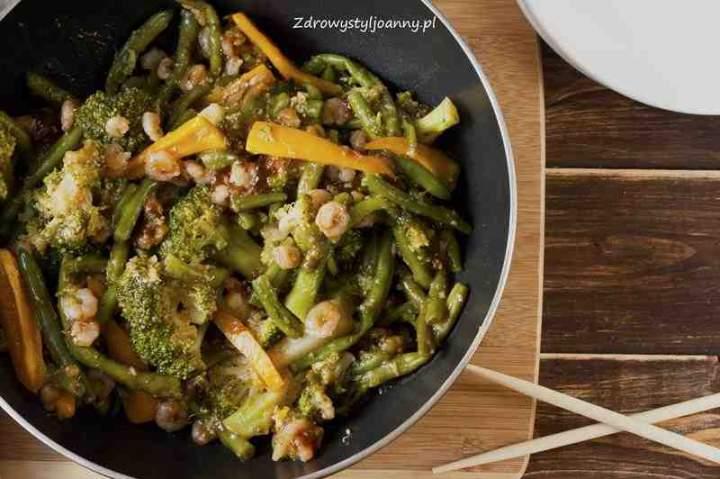 Krewetki z warzywami w sosie czosnkowym.