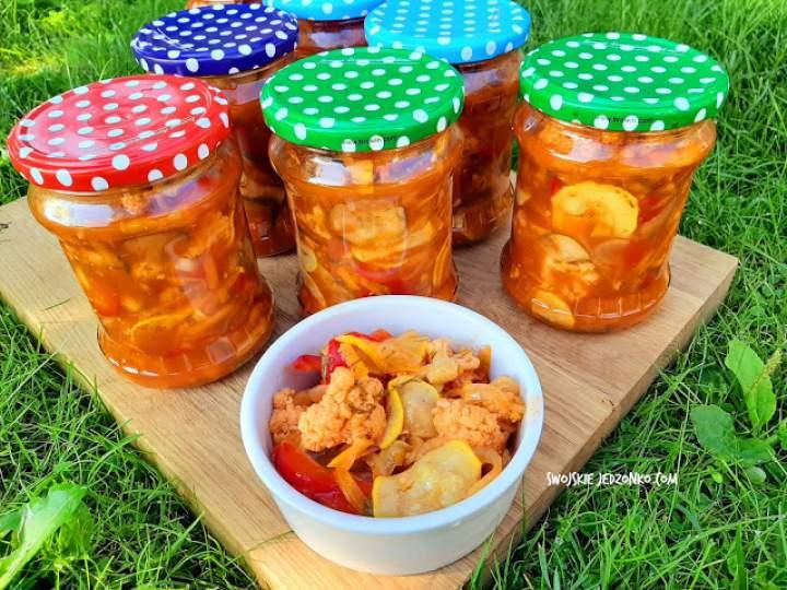 Sałatka z kalafiorem i cukinią w pomidorowym sosie do słoików