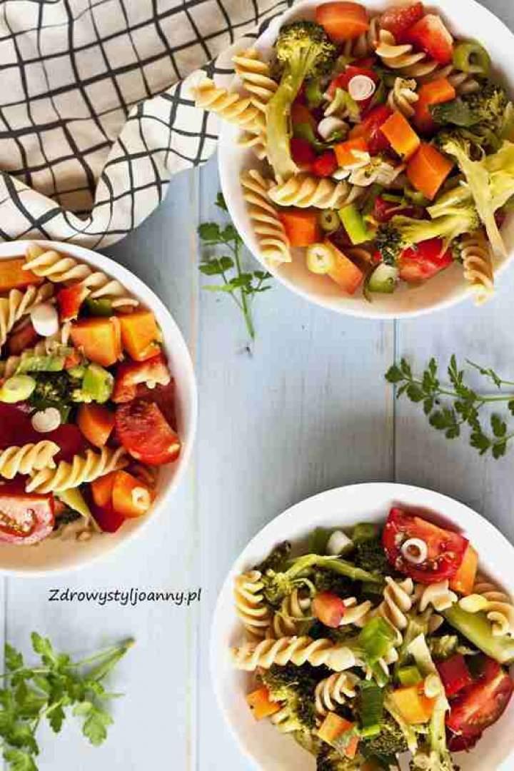 Wegetariańska sałatka z makaronem i warzywami.