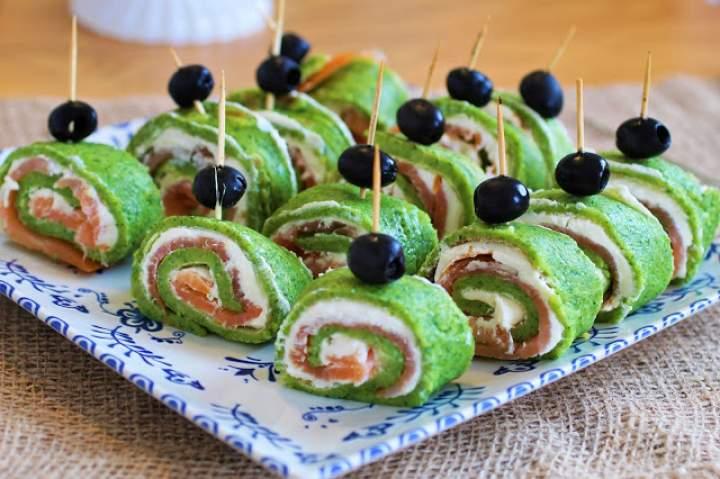 Naleśnikowe roladki z wędzonym łososiem i  białym kremowym serkiem / Pancake rolls with smoked salmon & white creamy cheese