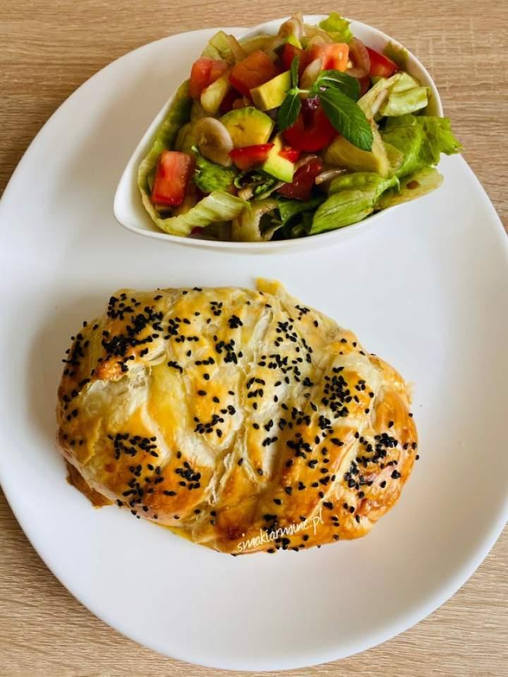 Kurczak z pieczarkami i serem w cieście francuskim