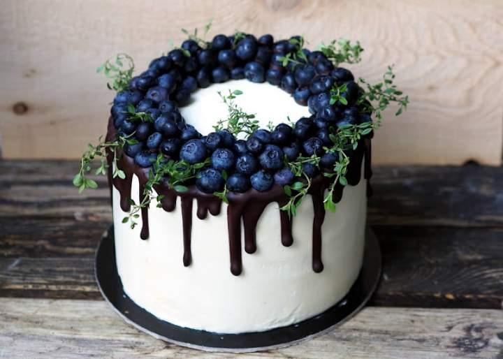Tort cytrynowo-borówkowy