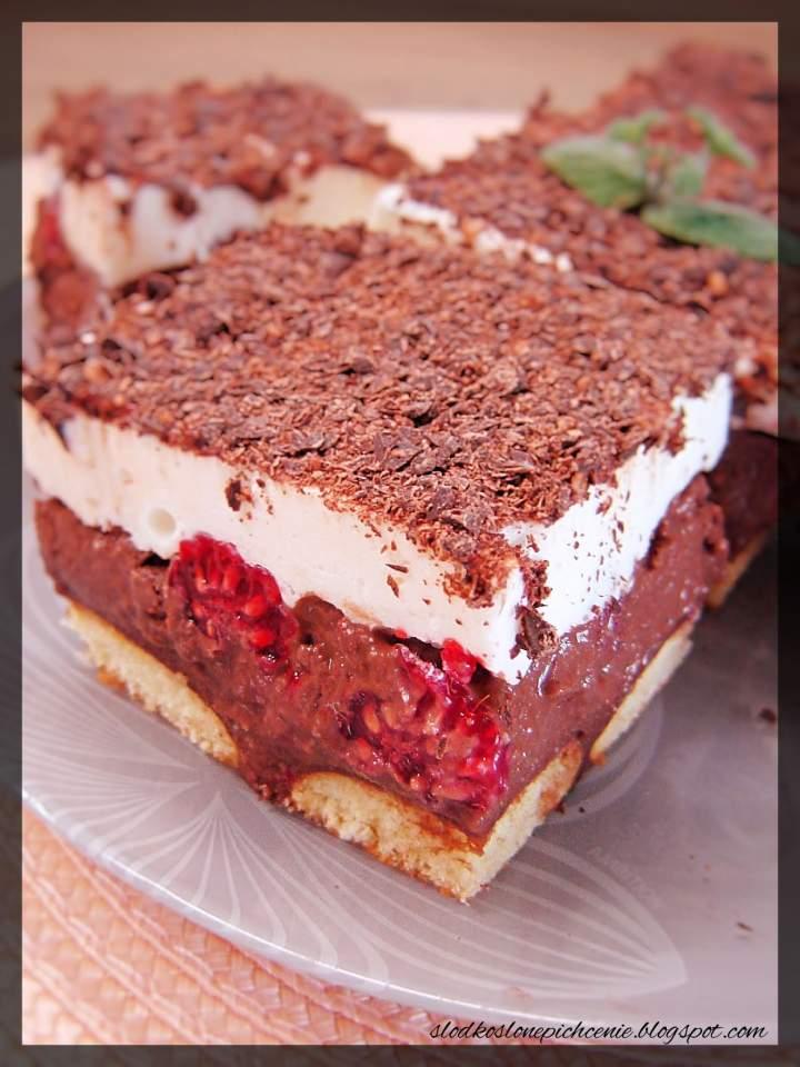 Ciasto czekoladowe z kremem i malinami