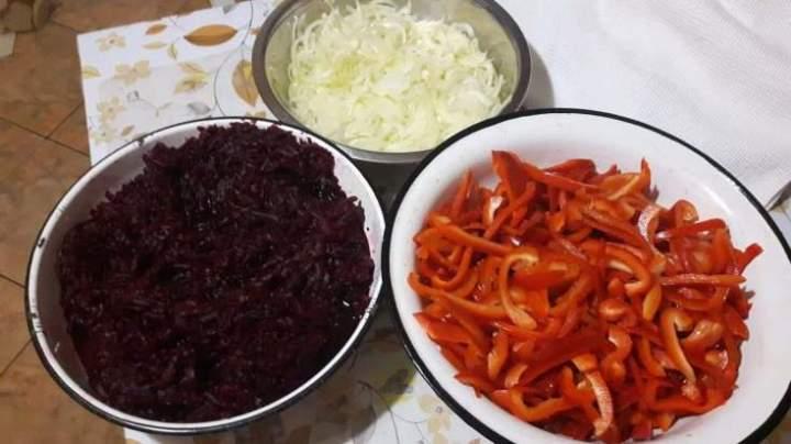 Sałatka z buraków papryki i cebuli.