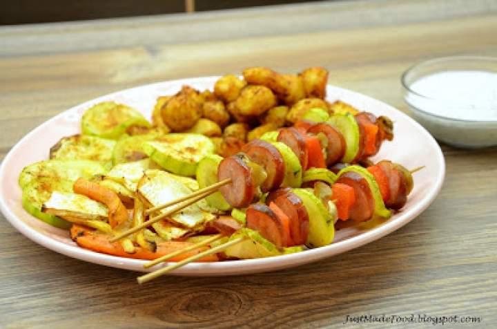 Szaszłyki z kiełbasą oraz pieczone warzywa