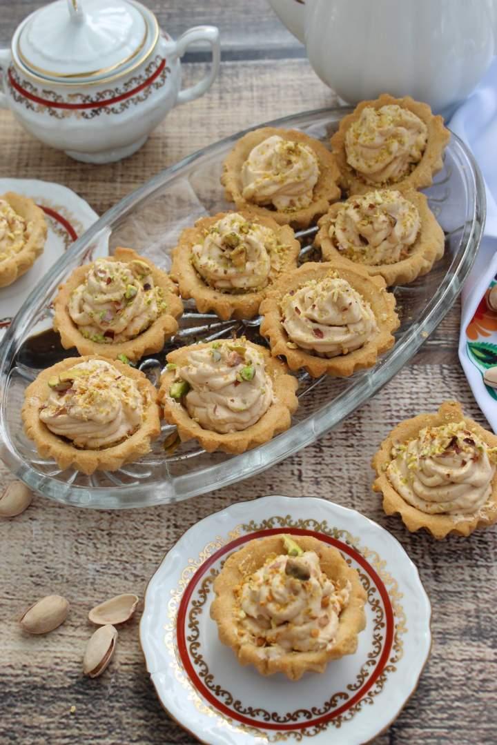 Kruche babeczki z kremem toffi i pistacjową posypką