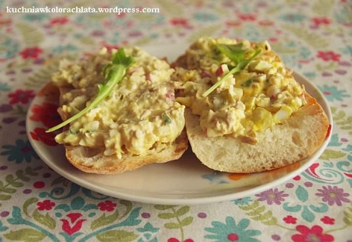 Pasta jajeczna z tuńczykiem, korniszonami, rzodkiewką i szczypiorem